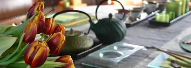 Table avec tulipes et théières